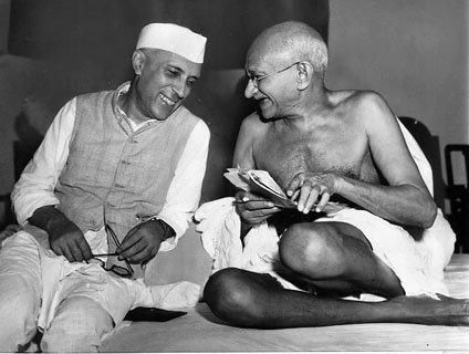 Jawaharlal Nehru sharing ajoke with Mahatma Gandhi Jawaharlal Nehru (zlewej) iMahatma Gandhi – dwie najbardziej znane postaci zaangażowane wwalkę oniepodległość Indii. Nehru był pierwszym premierem Indii ijedną zosób działających na rzecz Ruchu Państw Niezaangażowanych. Jego córka (Indira Gandhi), apóźniej wnuk (Rajiv Gandhi) także piastowali urząd premiera Źródło: Max Desfor, Jawaharlal Nehru sharing ajoke with Mahatma Gandhi, domena publiczna.