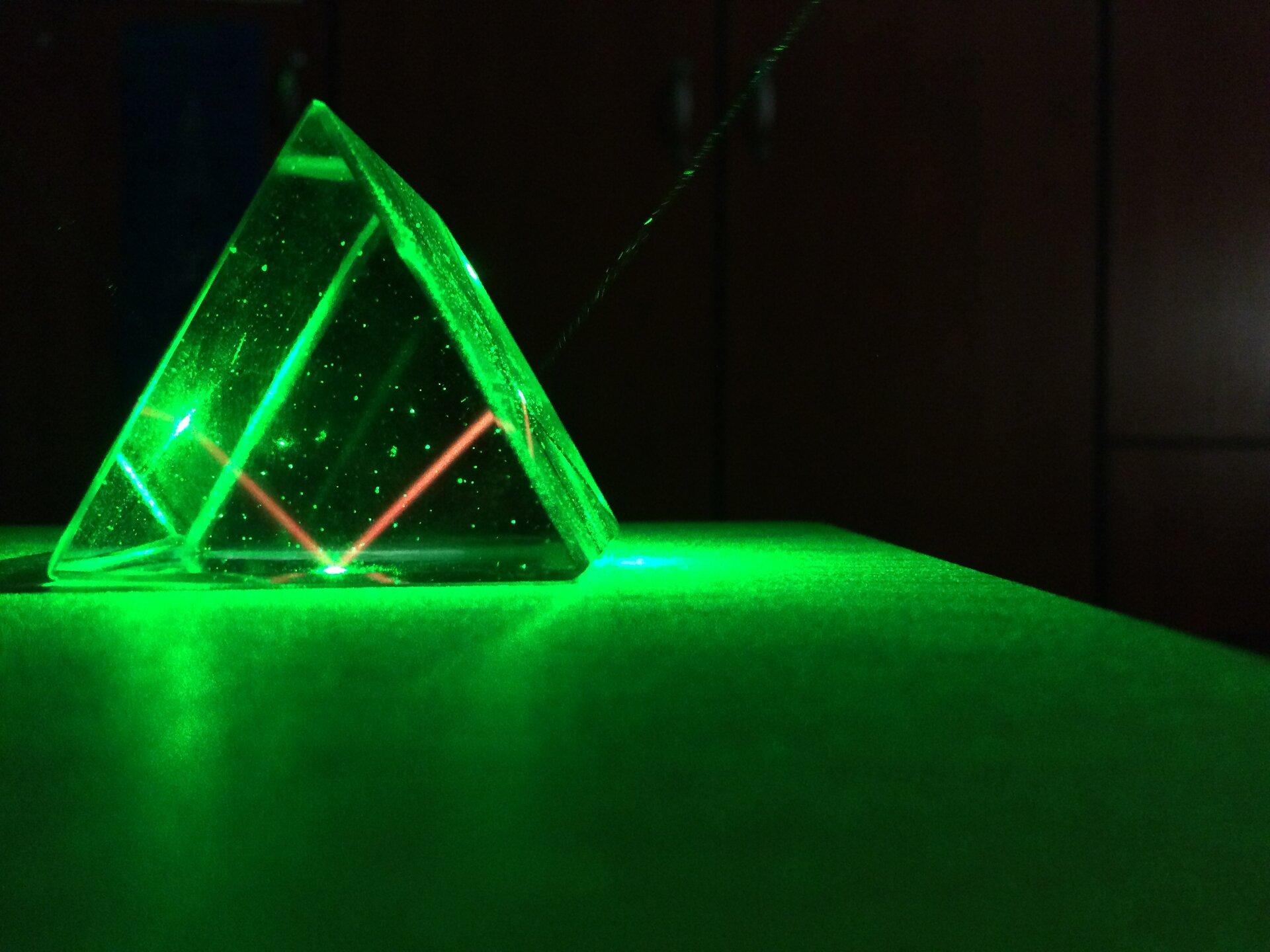 Zdjęcie promienia laserowego przechodzącego przez pryzmat