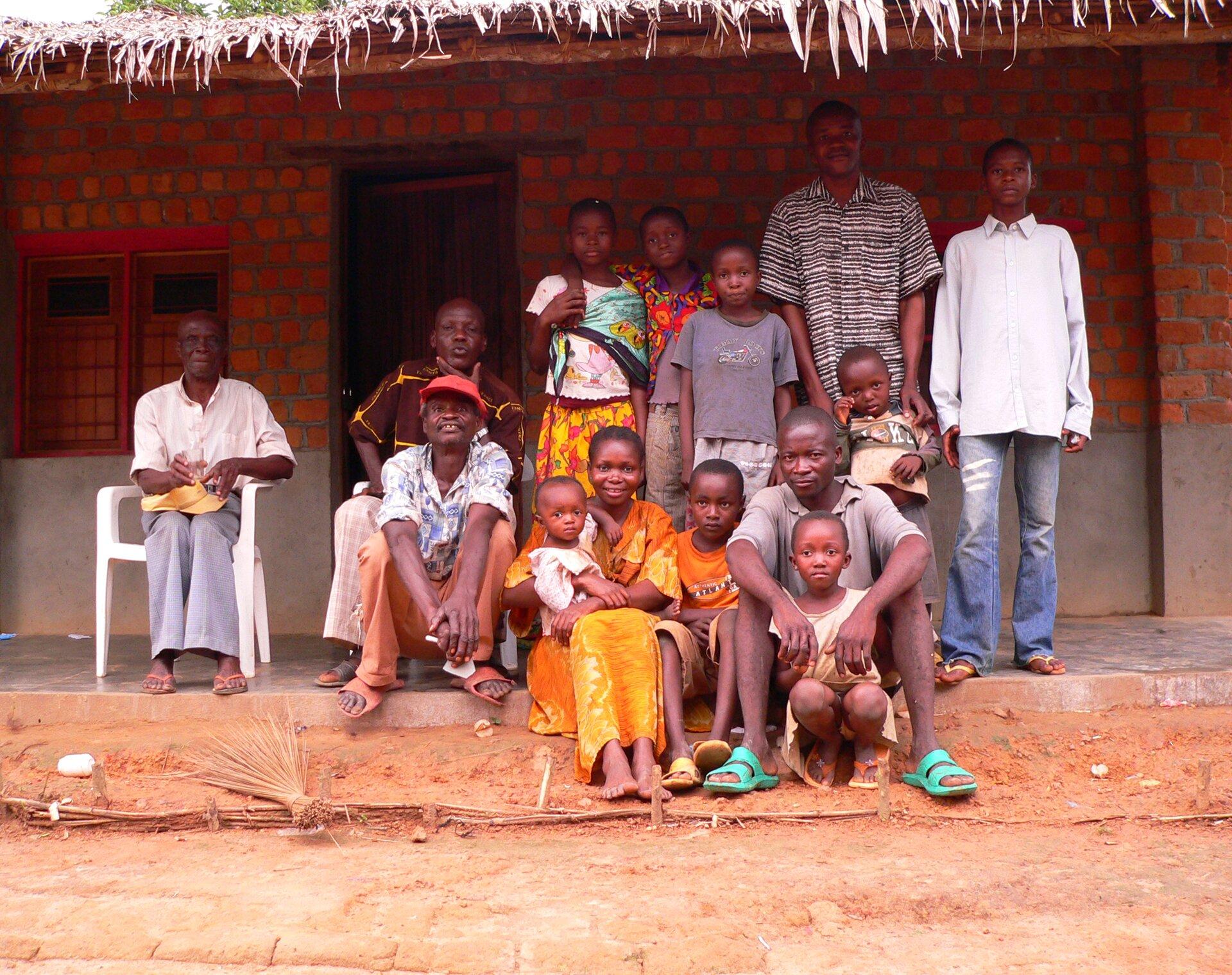 Współczesna rodzina zDemokratycznej Republiki Konga, 2007 Współczesna rodzina zDemokratycznej Republiki Konga, 2007 Źródło: Francis Hannaway, licencja: CC BY-SA 3.0.