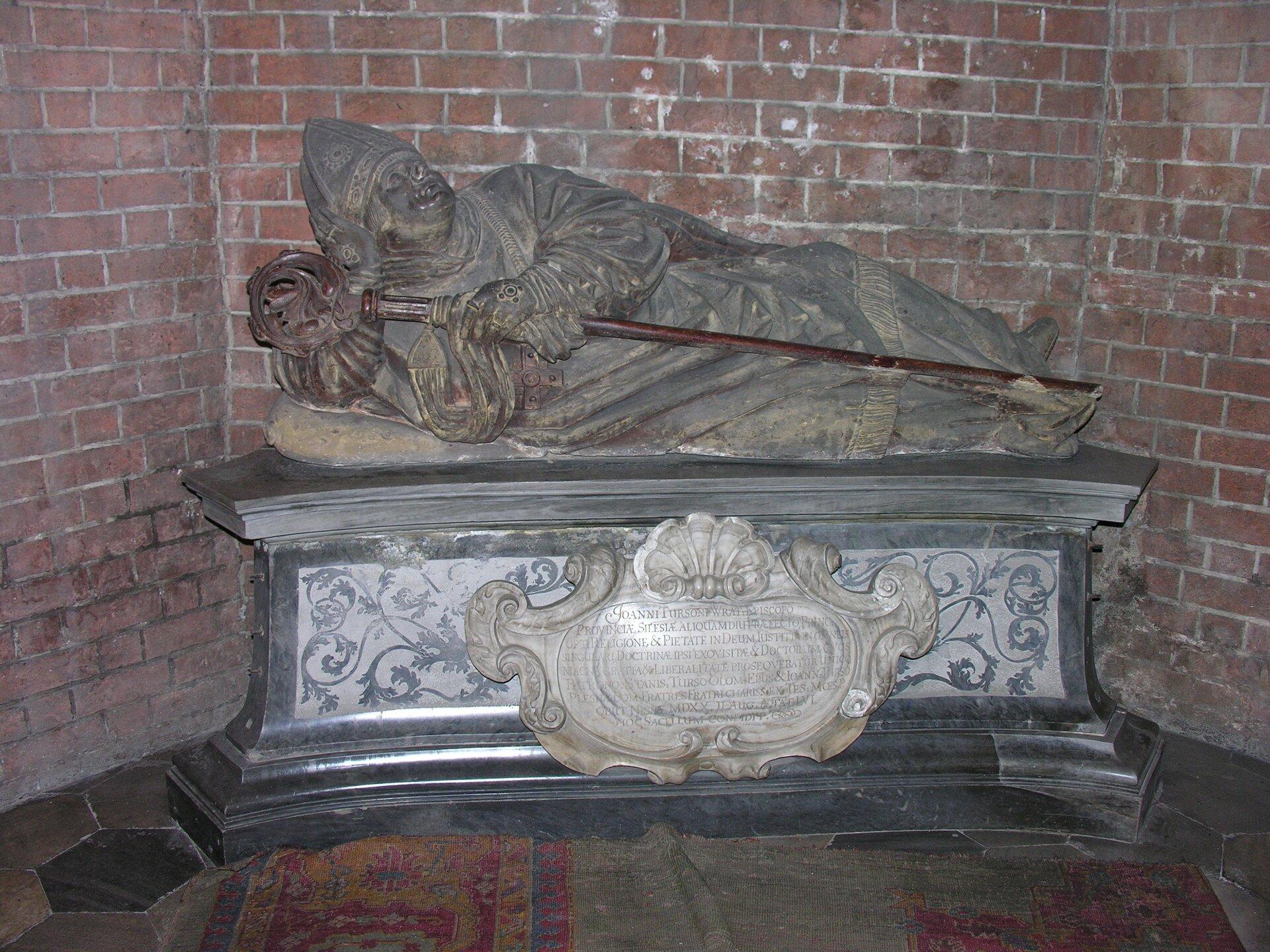 Nagrobek biskupa wrocławskiego Jana Turzo (1464-1520).JanThurzo był wielkim miłośnikiem sztuki inauki, mecenasem artystów (kupował obrazym.in.Dürera iLucasa Cranacha). Zjego inicjatywy w1517 r. wzniesiono nowy portal wkatedrze, stanowiący pierwsze renesansowe dzieło na Śląsku. Prezentowany pomnik biskupa Jana Thurzo stanowi jedynie fragment dawnego renesansowego nagrobka. Nagrobek biskupa wrocławskiego Jana Turzo (1464-1520).JanThurzo był wielkim miłośnikiem sztuki inauki, mecenasem artystów (kupował obrazym.in.Dürera iLucasa Cranacha). Zjego inicjatywy w1517 r. wzniesiono nowy portal wkatedrze, stanowiący pierwsze renesansowe dzieło na Śląsku. Prezentowany pomnik biskupa Jana Thurzo stanowi jedynie fragment dawnego renesansowego nagrobka. Źródło: Wikimedia Commons, licencja: CC BY-SA 3.0.