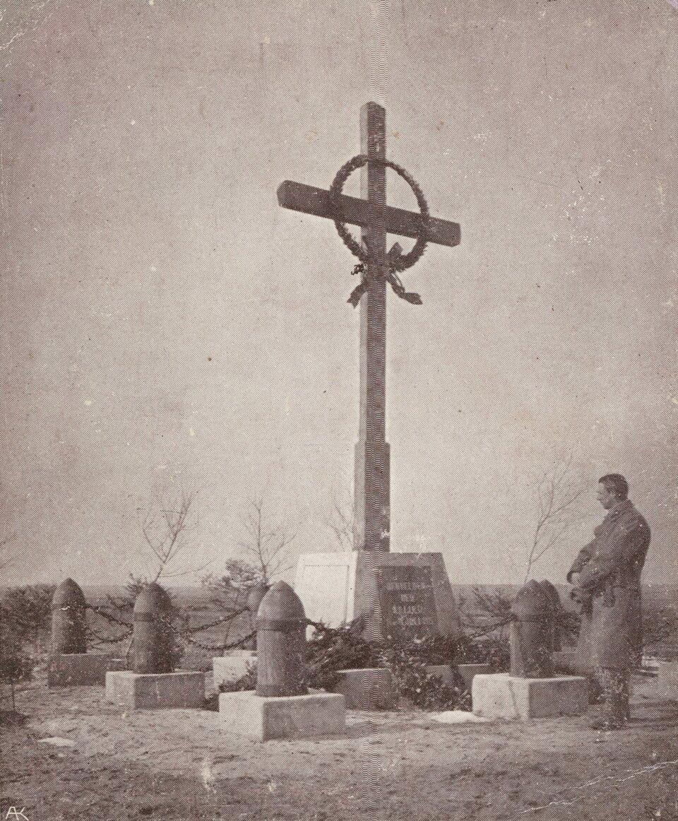 Pomnik poległych pod Sokalem Źródło: Pomnik poległych pod Sokalem, 1916, pocztówka, domena publiczna.