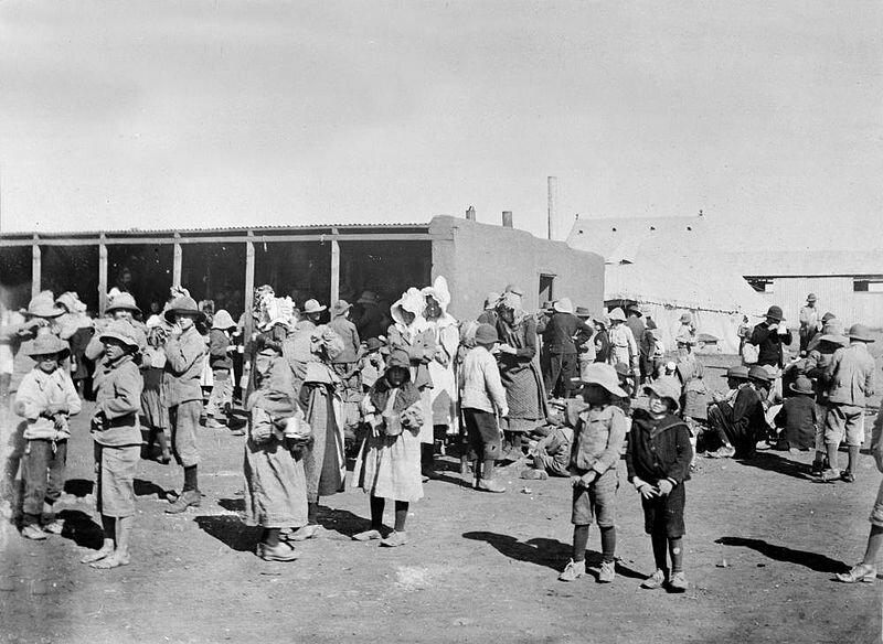 Burskie kobiety idzieci wbrytyjskim obozie koncentracyjnym Źródło: Burskie kobiety idzieci wbrytyjskim obozie koncentracyjnym, 1901, domena publiczna.