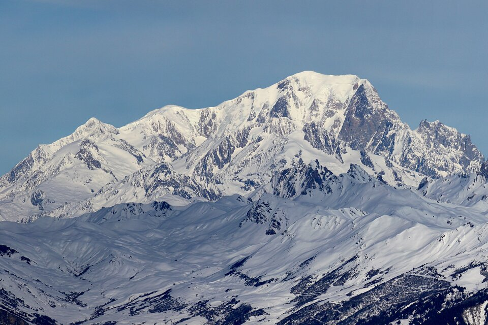 Na zdjęciu ośnieżony szczyt górski.