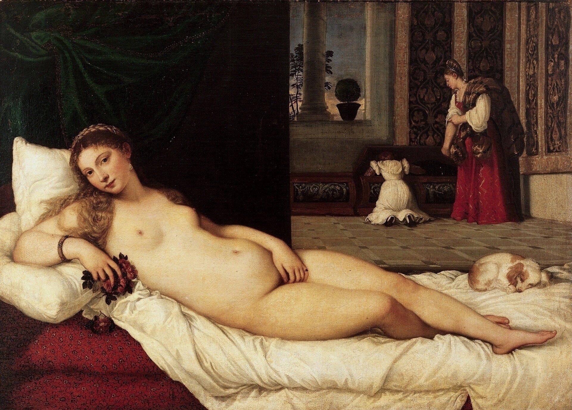 """Ilustracja okształcie poziomego prostokąta przedstawia obraz Tycjana """"Wenus zUrbino"""". Na pierwszym planie obrazu znajduje się leżąca na białym posłaniu, naga kobieta. Lewą ręką zasłania łono. Prawą rękę igłowę ma oparte na białych poduszkach, awdłoni trzyma kwiaty. Jasne włosy zdobi wianek.  Za nią na łóżku śpi mały pies. Zielona kotara znajdująca się za łóżkiem oddziela pomieszczenie od drugiego pokoju. Wjego głębi znajdują się dwie kobiety. Jedna ubrana wbiałą suknię klęczy zaglądając do skrzyni, druga stoi obok, przyglądając się jej. Ściany wnętrza pokryte są dekoracyjnymi tkaninami. Za oknem zkolumną widać niebo ifragment drzewa, ana parapecie stoi doniczka zkwiatem."""