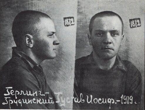 Zdjęcie Herlinga-Grudzińskiego zrobione wwięzieniu wGrodnie wroku 1940 Zdjęcie Herlinga-Grudzińskiego zrobione wwięzieniu wGrodnie wroku 1940 Źródło: domena publiczna.