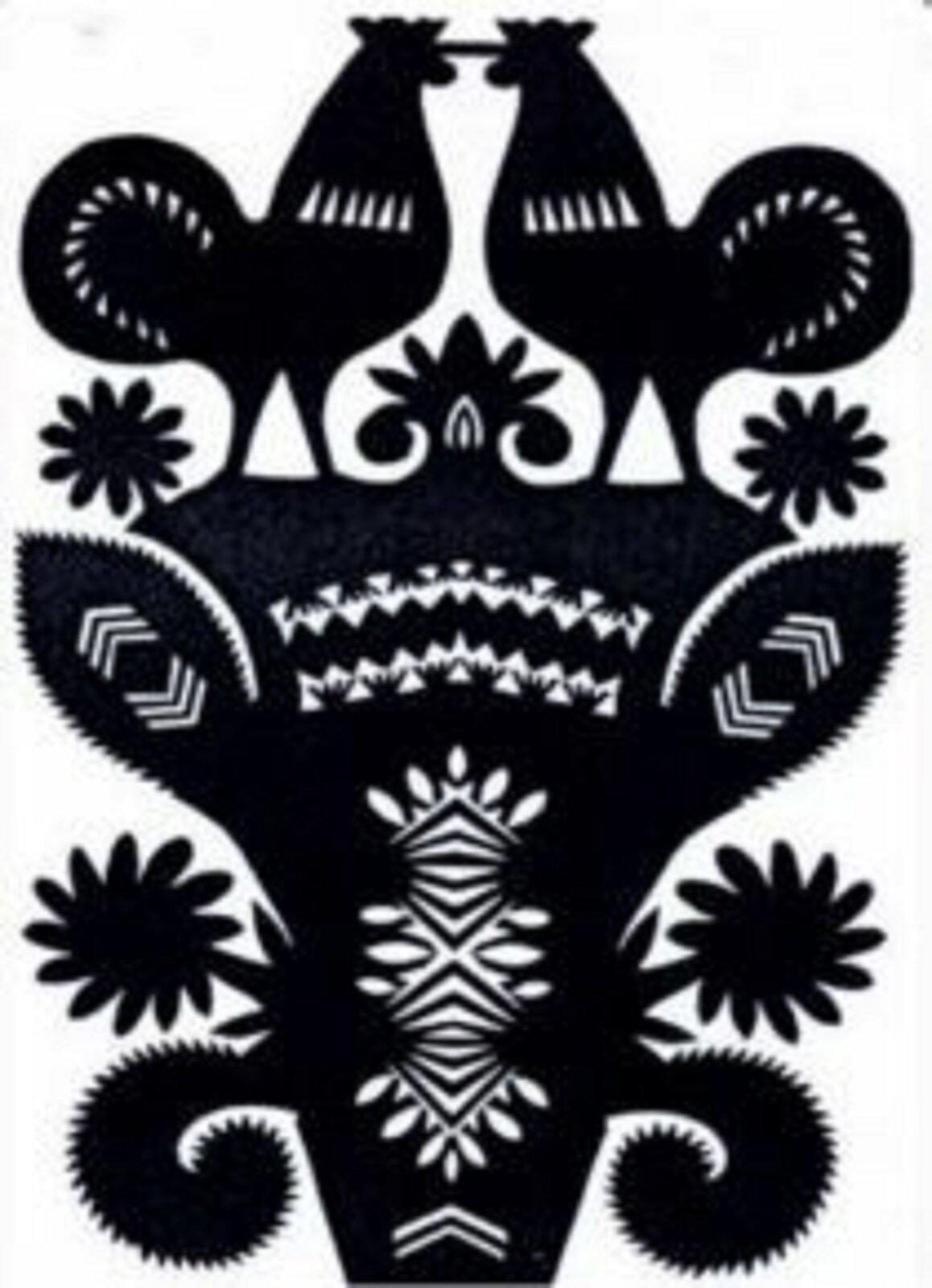 Ilustracja przedstawia rawską rózgę. Jest to czarny, symetryczny wzór wycinaki. Widać na niej motywy roślinne, gałązki zkwiatami, augóry nad nimi są dwa koguty stykające się dziobami.