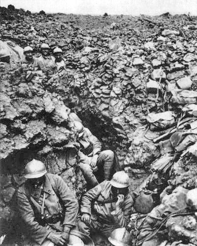 zdjęcie przedstawia francuskichżołnierze wokopach, żolnierze śpią.