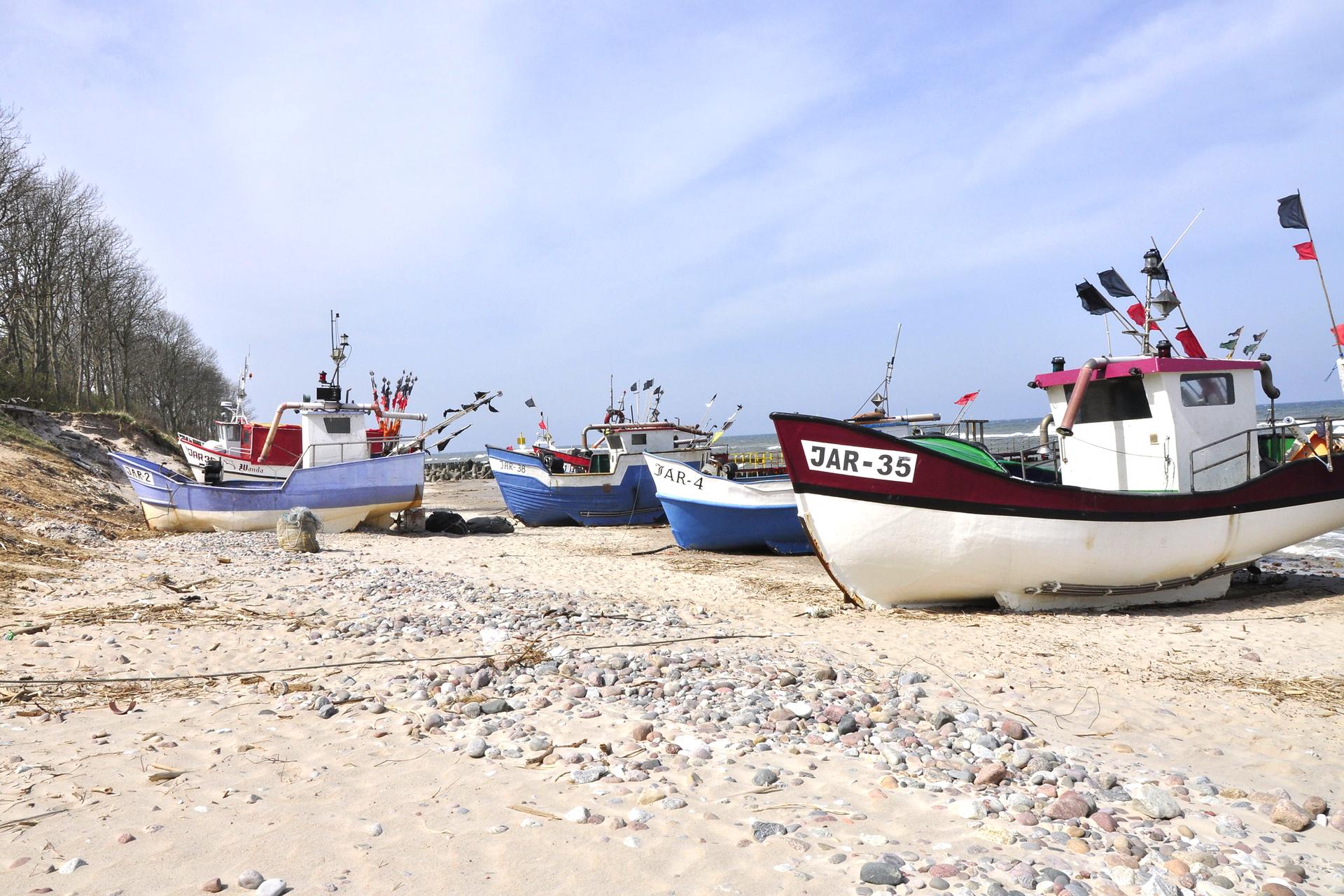 Zdjęcie przedstawiające kutry rybackie