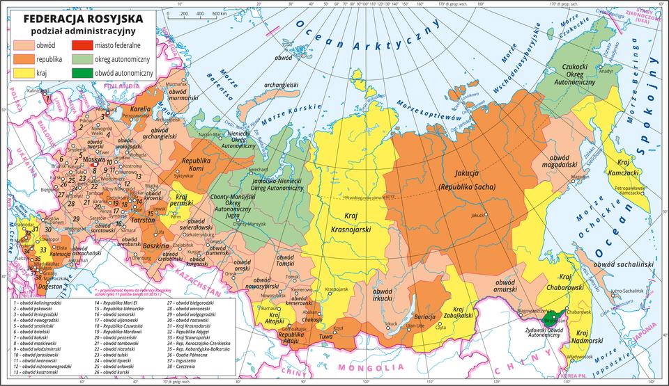 Ilustracja przedstawia mapę polityczną Federacji Rosyjskiej zpodziałem na jednostki administracyjne. Kolorami wyróżniono następujące jednostki : obwody (44) , republiki (22), kraje (9), miasta federalne (3), okręgi autonomiczne (4), obwód autonomiczny (1). Na mapie opisano ich nazwy, awczęści zachodniej, gdzie jednostek jest najwięcej izajmują małe obszary opisano je numerami, które objaśniono wlegendzie. Wcentrum ina wschodzie poszczególne jednostki administracyjne mają rozległe obszary. Białymi kropkami oznaczono główne miasta iopisano je. Mapa pokryta jest równoleżnikami ipołudnikami. Dookoła mapy wbiałej ramce opisano współrzędne geograficzne co dwa stopnie.