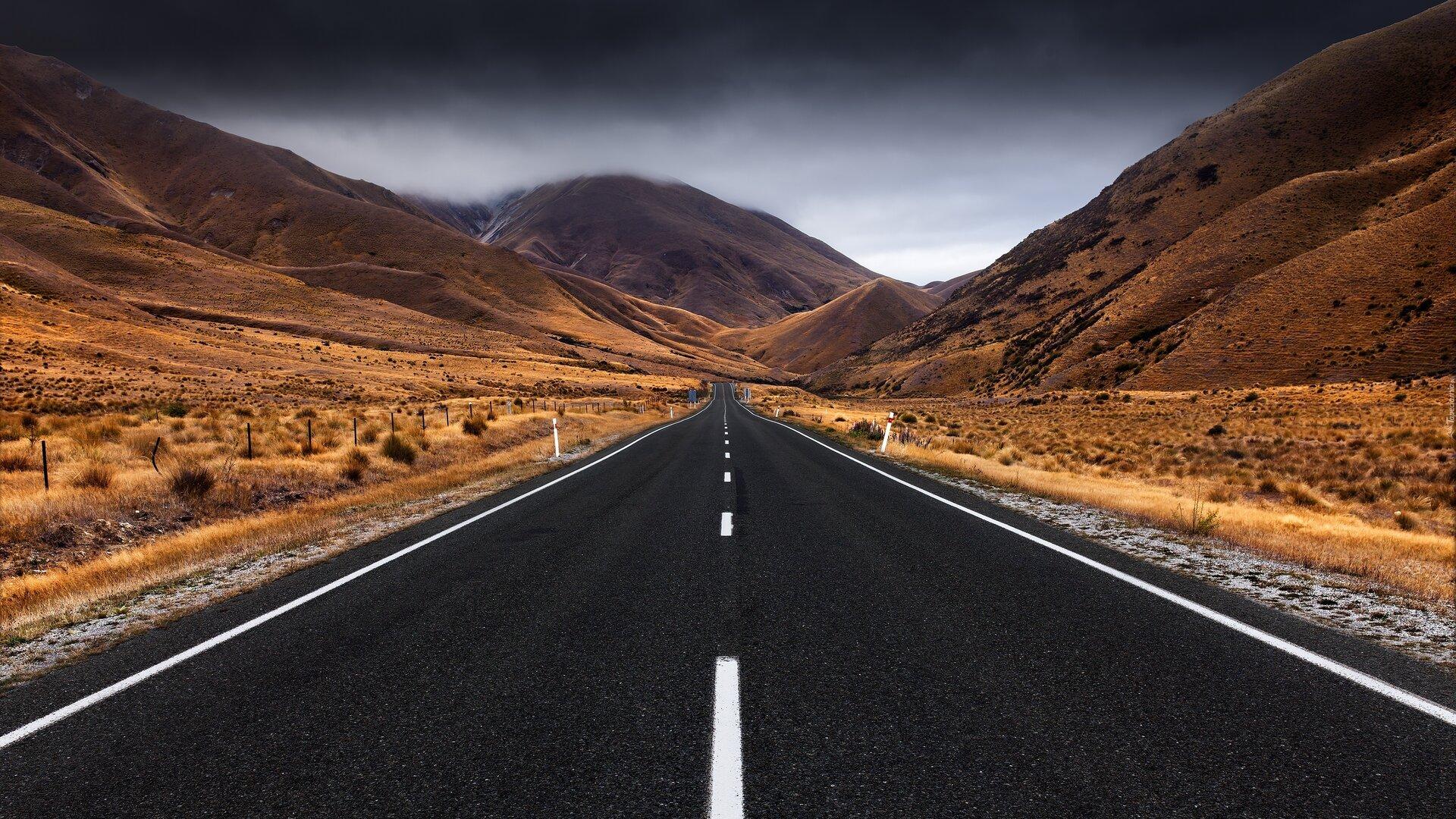 Ilustracja przedstawia drogę pomiędzy górami.