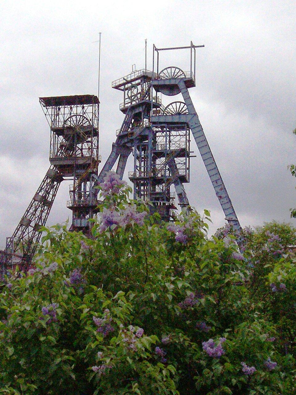 Na zdjęciu wieże szybowe – wysokie konstrukcje metalowe.