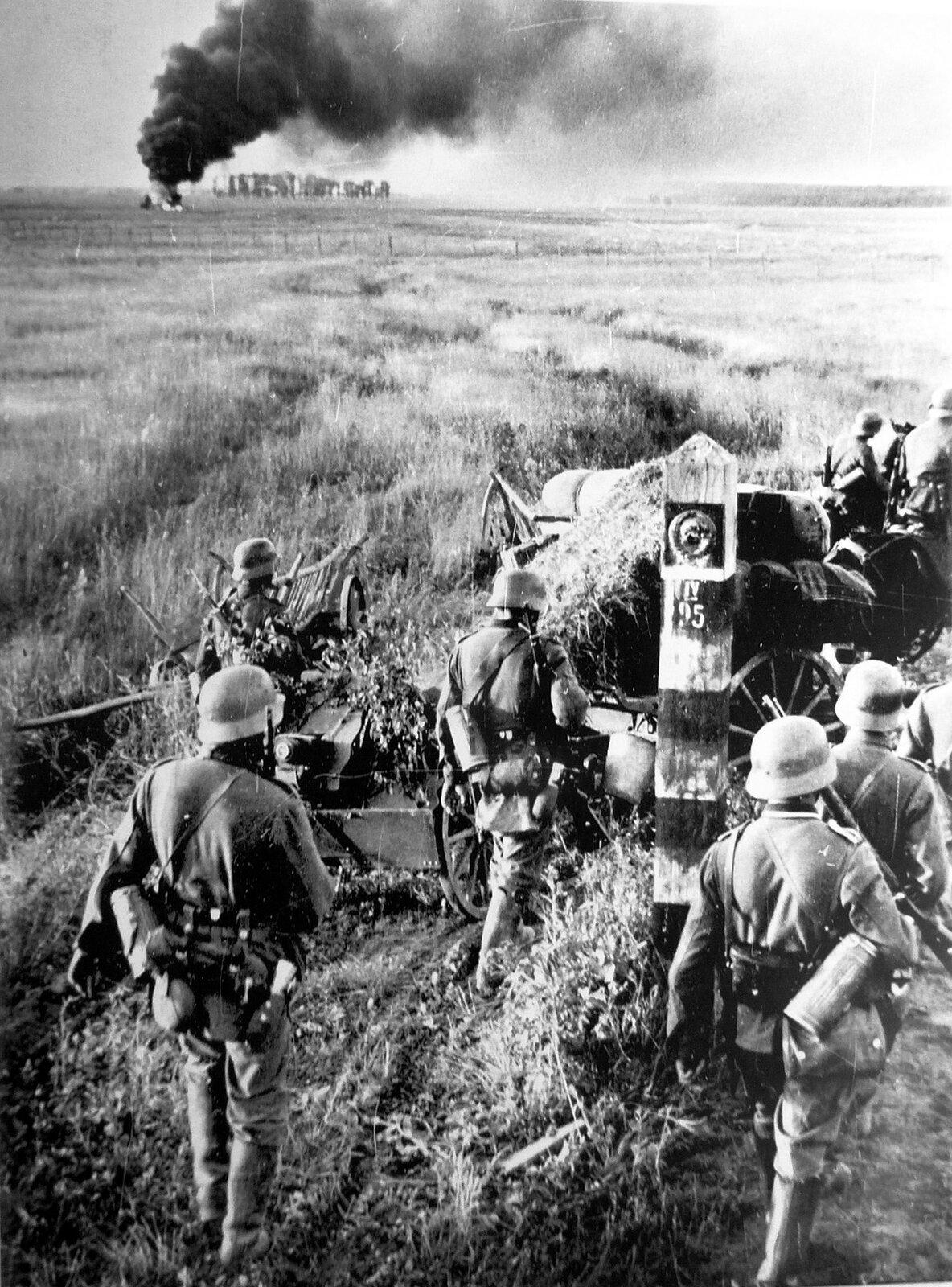 Niemieccy żołnierze przekraczają granicę Związku Radzieckiego Zdjęcie nr 1 Źródło: Johannes Hähle, Niemieccy żołnierze przekraczają granicę Związku Radzieckiego, licencja: CC 0.