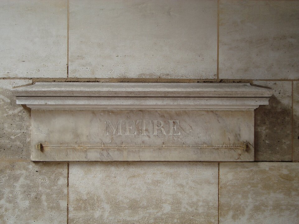 Fotografia przedstawia marmurowy wzorzec długości jednego metra znajdujący się wParyżu.