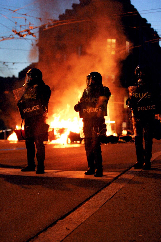 Fotografia policjantów na tle zamieszek