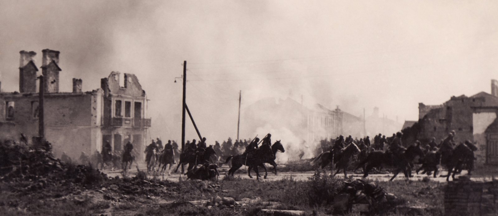 Oddziały polskiej kawalerii biorącej udział wbitwie nad Bzurą. Oddziały polskiej kawalerii biorącej udział wbitwie nad Bzurą. Źródło: domena publiczna.