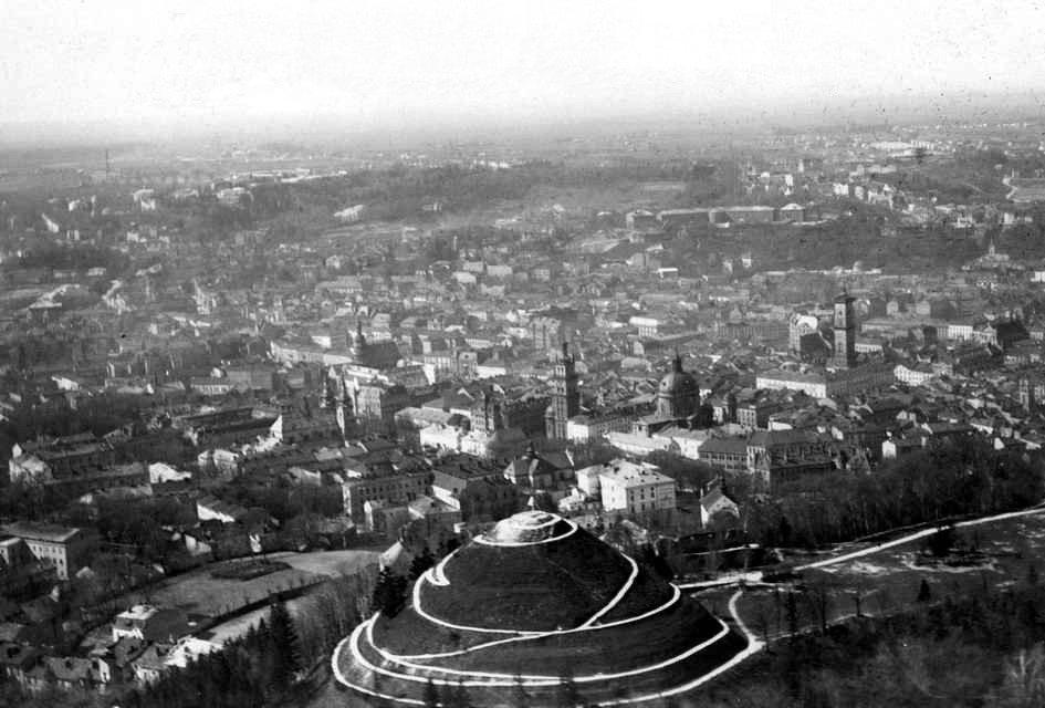 Kopiec Unii Lubelskiej na widoku Lwowa przed 1939 r. Źródło: Stako, Kopiec Unii Lubelskiej na widoku Lwowa przed 1939 r., fotografia, licencja: CC BY-SA 3.0.