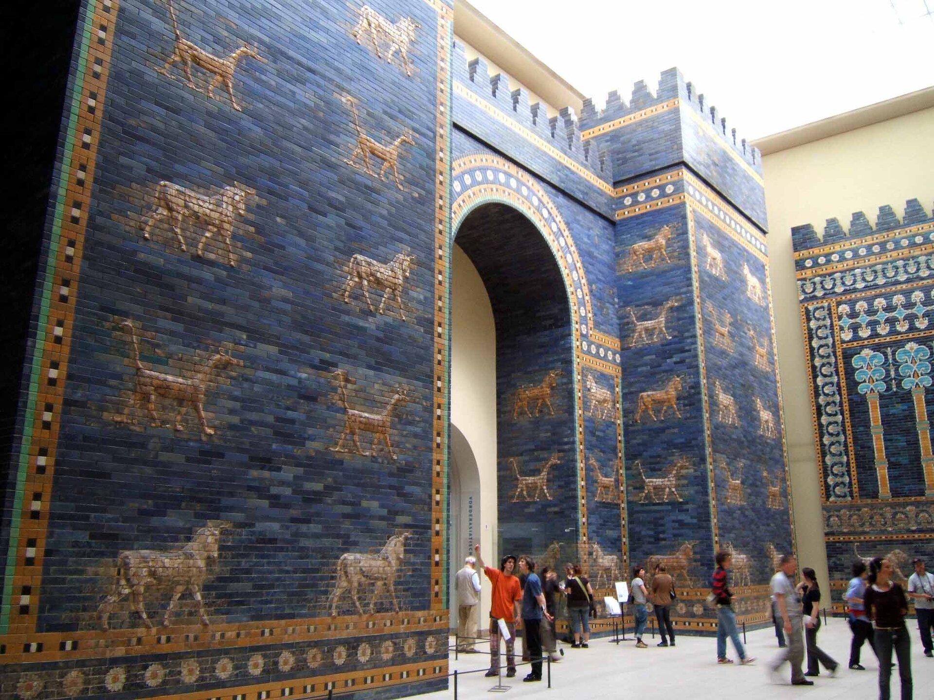 Brama Isztar – rekonstrukcja wMuzeum Pergamońskim wBerlinie Brama Isztar – rekonstrukcja wMuzeum Pergamońskim wBerlinie Źródło: David Allen, Rictor Norton, Wikimedia Commons, licencja: CC BY 2.0.