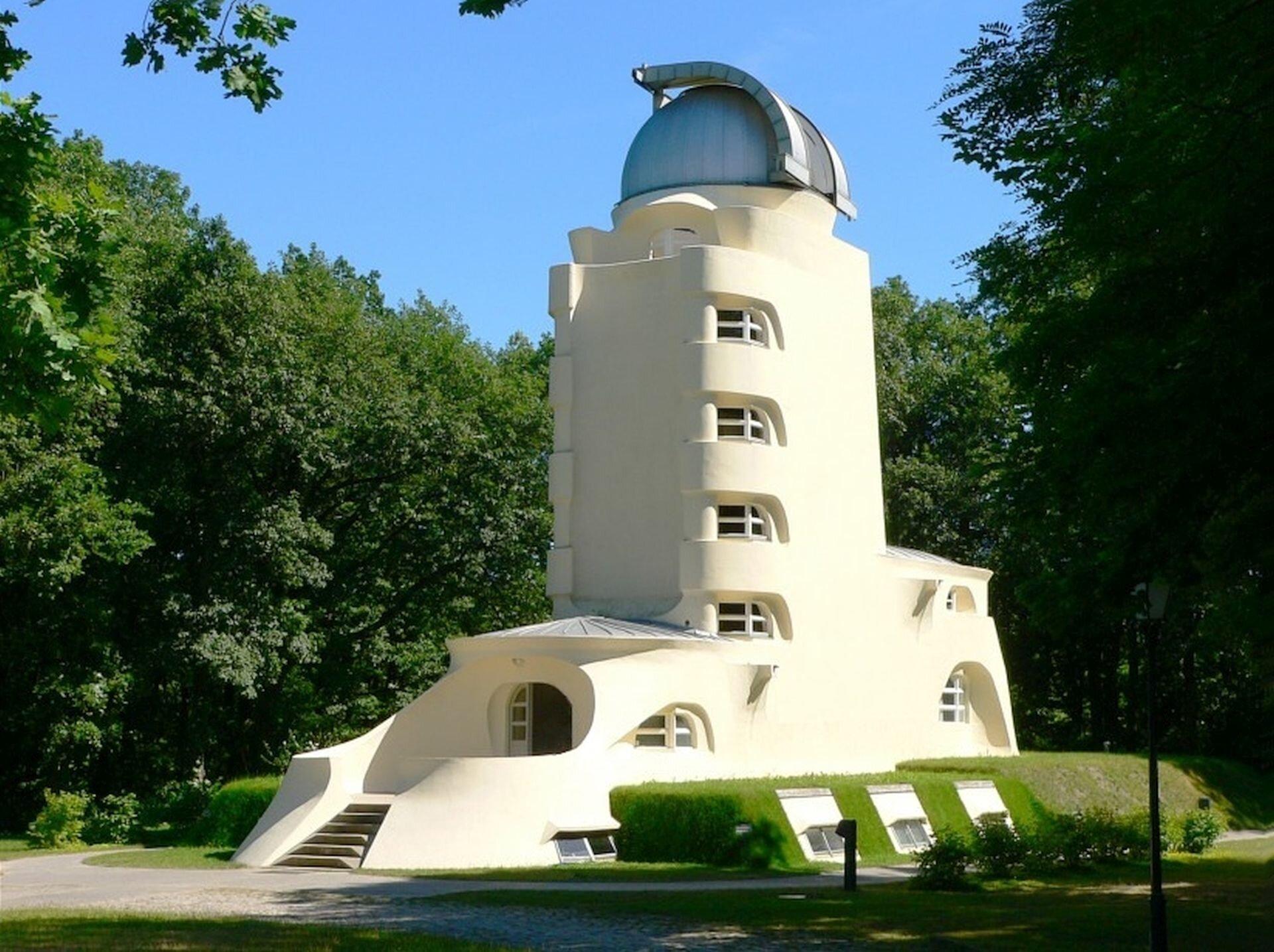 Ilustracja przedstawia wieżaę Einsteina wPoczdamie autorstwa Ericha Mendelsohna.