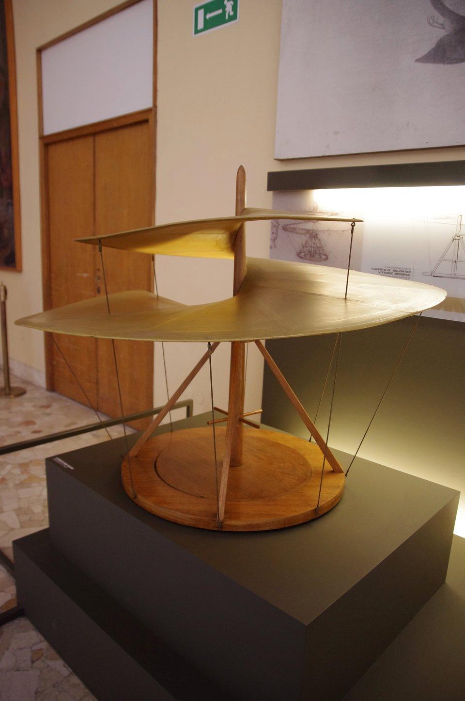 Leonardo da Vinci – model machiny latającej.Modelwykonany na podstawie projektów Leonarda Da Vinci wMuzeum wMediolanie Leonardo da Vinci – model machiny latającej.Modelwykonany na podstawie projektów Leonarda Da Vinci wMuzeum wMediolanie Źródło: Arnaud 25, Fotgrafia, domena publiczna.