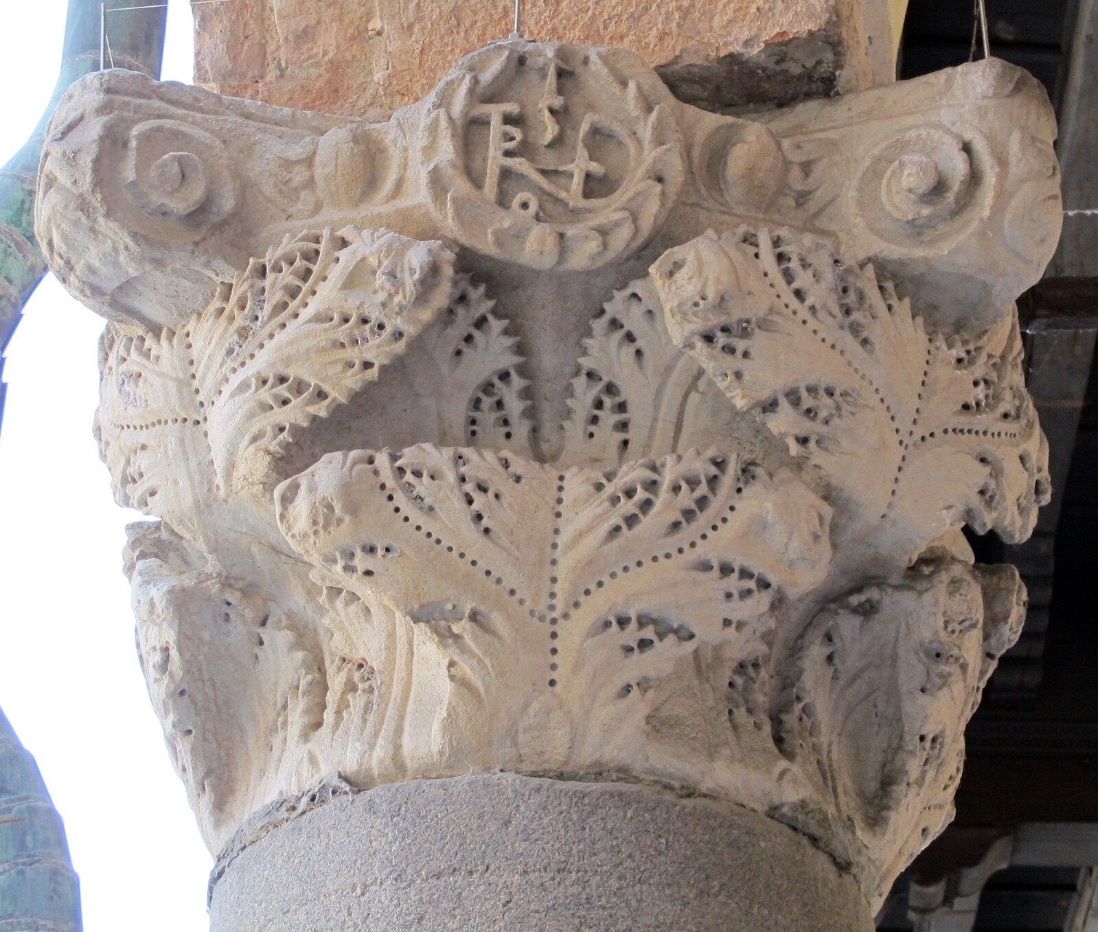 Głowica kolumny zPalazzo del popolo wRawennie Źródło: Sailko, Głowica kolumny zPalazzo del popolo wRawennie , 2013, licencja: CC BY-SA 3.0.