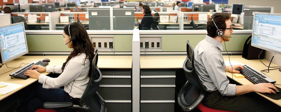 Zdjęcie osób pracujących wcall center.