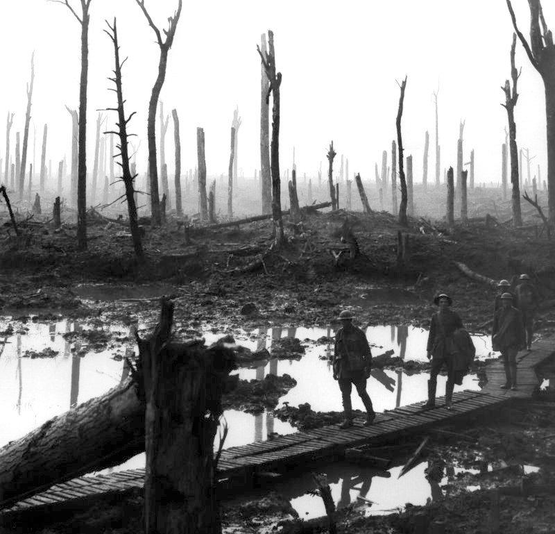 Żołnierze 4 Brygady Artylerii Polowej Źródło: Frank Hurley, Żołnierze 4 Brygady Artylerii Polowej, 1917, Australian War Memorial, domena publiczna.