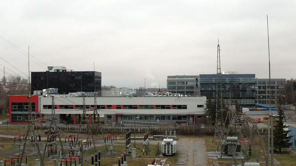Na zdjęciu nowoczesna zabudowa naukowa iprodukcyjna. Budynki biurowe iinfrastruktura energetyczna.
