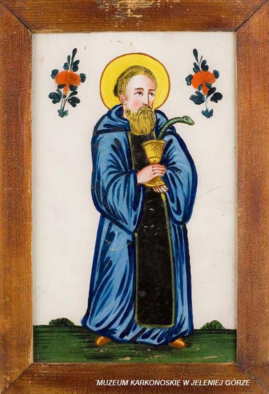 Ilustracja przedstawia malowidło na szkle, które ukazuje św. Bemedykta zNursji. Brodaty mężczyzna ma niebieską szatę, awdłoniach trzyma złoty kielich, zktórego wychodzi wąż. Po obu stronach na wysokości jego głowy widać czerwone kwiaty złodygą. Tło jest białe, audołu jest zielona trawa.