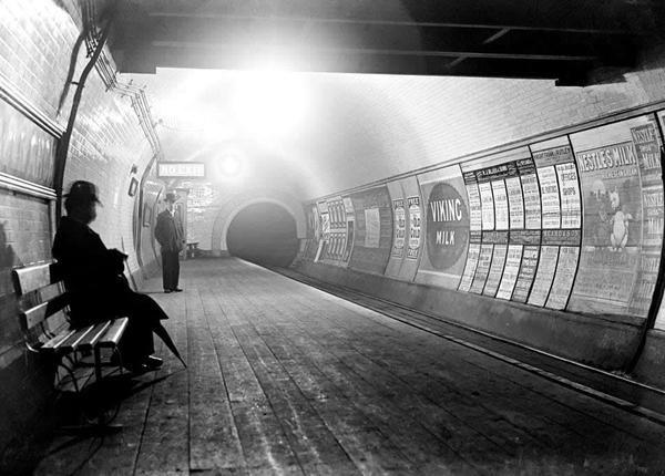 Platforma zQueens Road Fotografia londyńskiego metra. Źródło: Anon, Platforma zQueens Road, ok. 1900, domena publiczna.