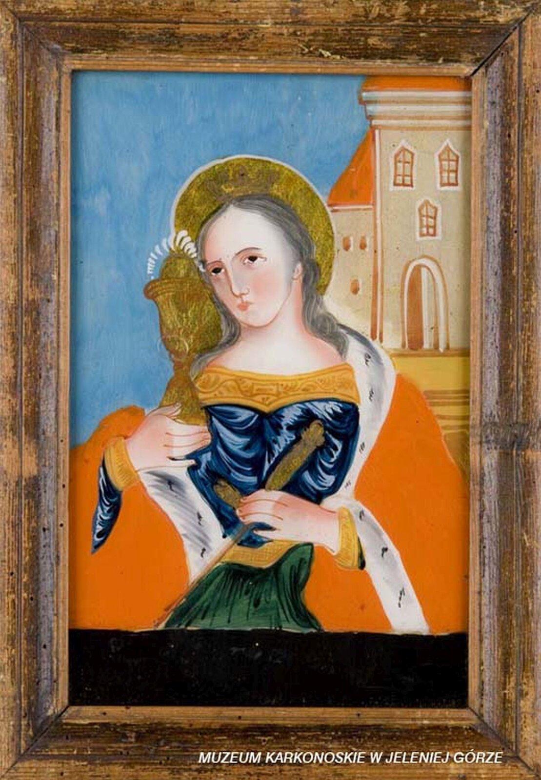 Ilustracja przedstawia malowidło na szkle, które ukazuje świętą Barbarę, która wdłoniach trzyma symbole Eucharystii - kielich iserce otoczone promieniami. Lewą dłonią trzyma rękojeść miecza przypiętego do boku. Wokół głowy znajduje się nimb, ajej strój jest dostojny - ma na sobie dekorowaną złotym ornamentem niebieską suknię iczerwony płaszcz obszyty gronostajowym futrem. Wtle znajduje się fragment kościoła.