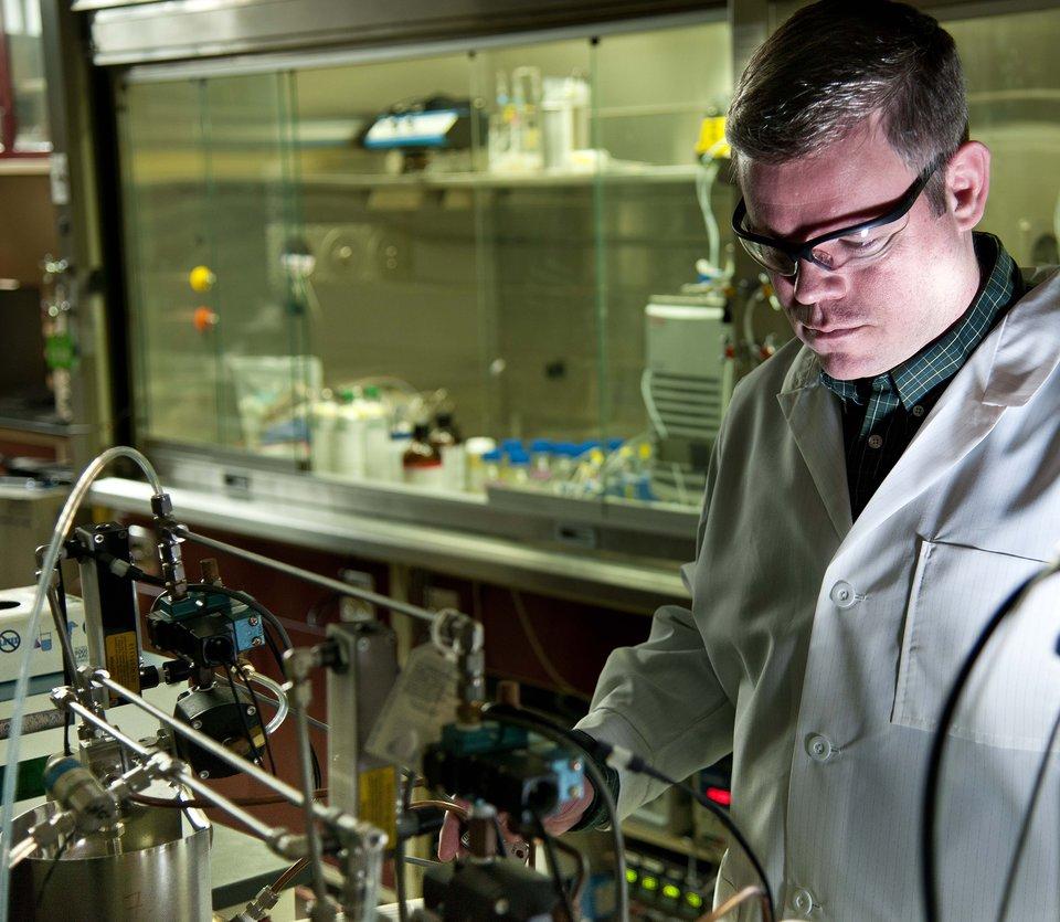 Naukowiec wlaboratorium wojskowym Naukowiec wlaboratorium wojskowym Źródło: U.S.Army, licencja: CC BY-SA 2.0.