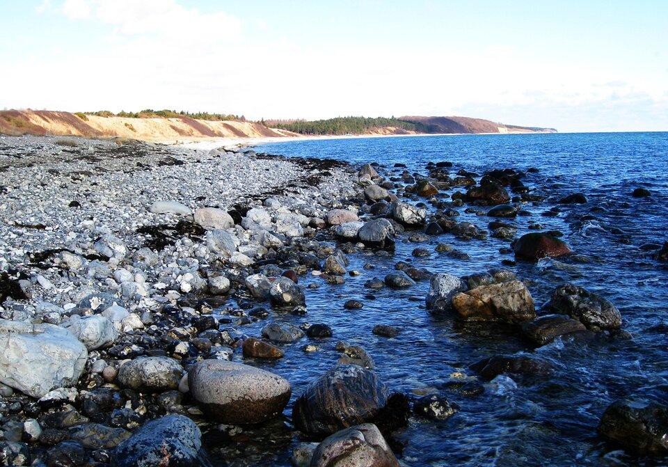 Na zdjęciu wybrzeże klifowe, kamienista plaża.