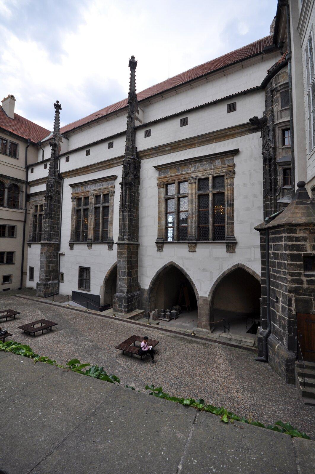 Sala władysławowska na Hradczanach – widok zzewnątrz Źródło: Ralf Roletschek, Sala władysławowska na Hradczanach – widok zzewnątrz, 2011, fotografia, licencja: CC BY-NC-ND 3.0.