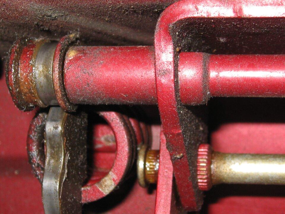 Skrzypiące zawiasy oznaczają duże opory podczas tarcia. Należy pokropić smarem. Płyn zmniejsza opory podczas przesuwania się powierzchni idrzwi przestają skrzypieć