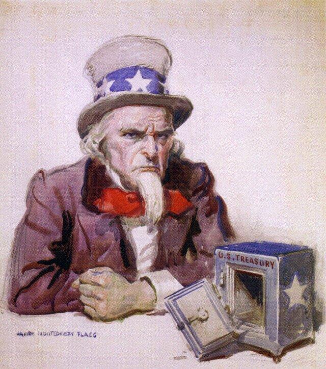 """Brodaty mężczyzna wkapeluszu na którym są na niebieskim tle białe gwiazdy siedzi przed otwartą kasą pancerną zwyłamanymi drzwiami, na której jest napisane """"US Treasury"""" iteż jest biała gwiazda na niebieskim tle."""