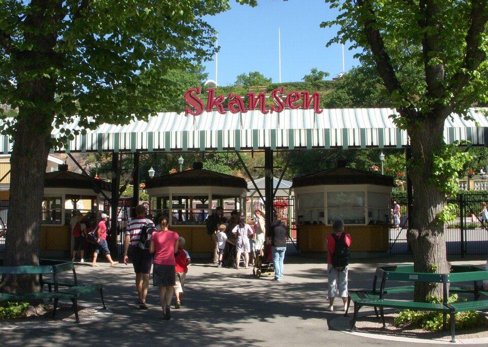 Wejście do skansenu wSztokholmie, wktórym znajdują się liczne przykłady skandynawskiej architektury