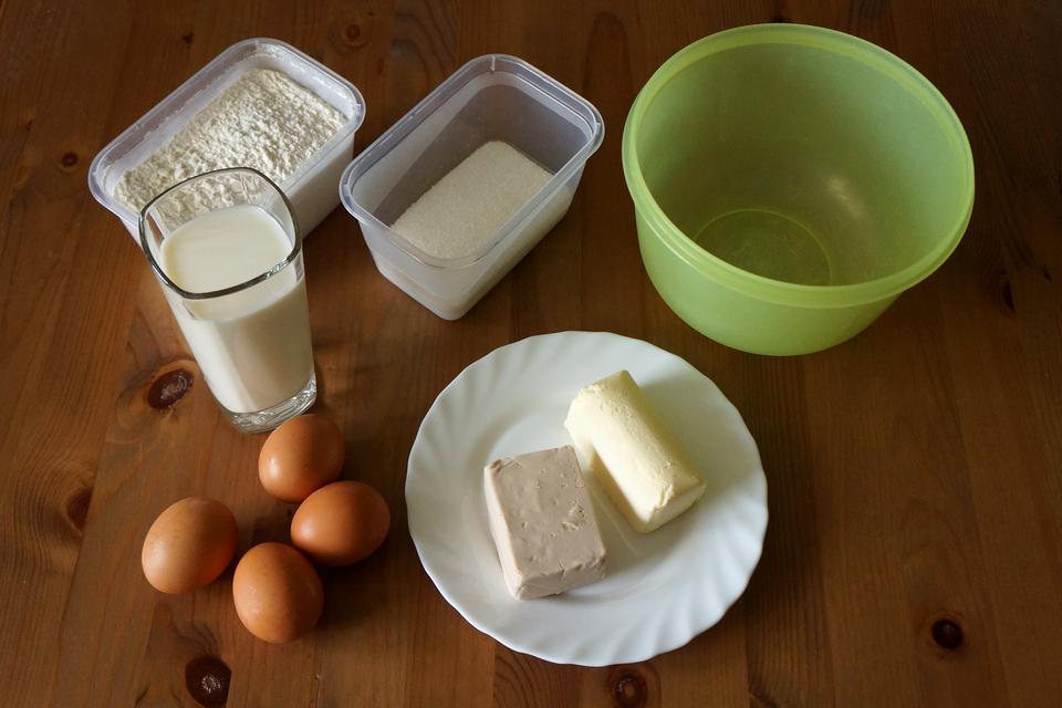 Pokaz slajdów przedstawiający etapy wyrobu ciasta drożdżowego