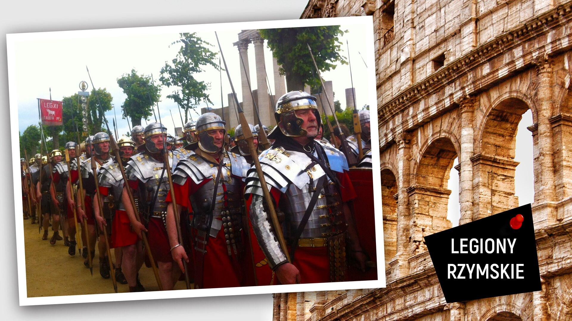 """Ilustracja przedstawia zdjęcie na tle jasnej, monumentalnej budowli złukami. Zdjęcie przedstawia mężczyzn ubranych wstroje rzymskich legionistów. Mają na sobie czerwone szaty, ana nich lśniące zbroje. Każdy znich niesie wprawej ręce tzw. pilum, czyli oszczep stosowany właśnie przez Rzymian. Idą wuporządkowanym szyku. Jeden znich niesie czerwoną chorągiew zbiałym napisem """"LEG XI"""". Za nimi stoją częściowo zburzone, wysokie ismukłe kolumny. Wprawym dolnym rogu ilustracji, na czarnym czworoboku jest biały napis: """"LEGIONY RZYMSKIE""""."""
