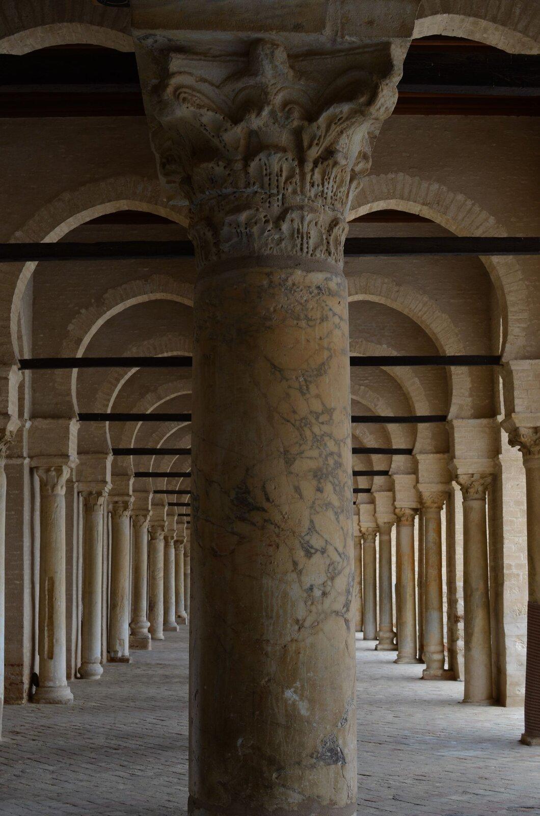Zdjęcie kolumny wewnątrz budowli.