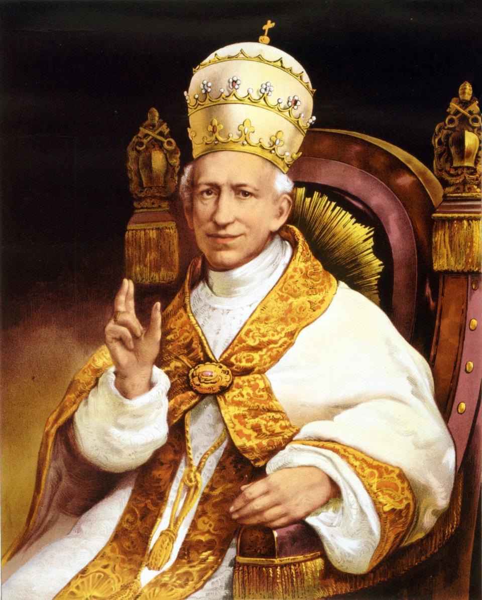 na obrazie widać mężczyznę siedzącegona tronie, jest ubrany wuroczystąszatę papieską ana jego głowie jest zdobna korona zwieńczona krzyżem
