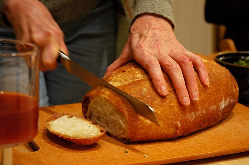 Krojenie chleba Krojenie chleba Źródło: Wonderlane, licencja: CC BY-SA 2.0.