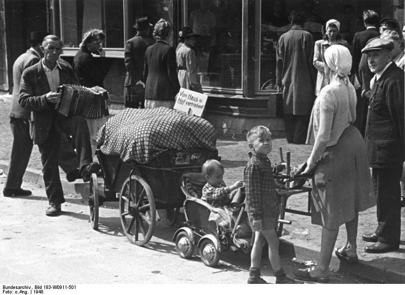Wysiedlona rodzina niemiecka Wysiedlona rodzina niemiecka Źródło: licencja: CC BY-SA 3.0.