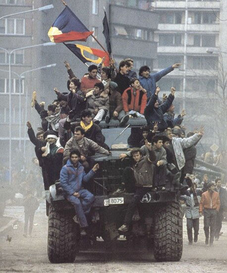 Rewolucja rumuńska 1989 Źródło: Denoel Paris, Rewolucja rumuńska 1989, Fotografia, licencja: CC BY-SA 3.0.