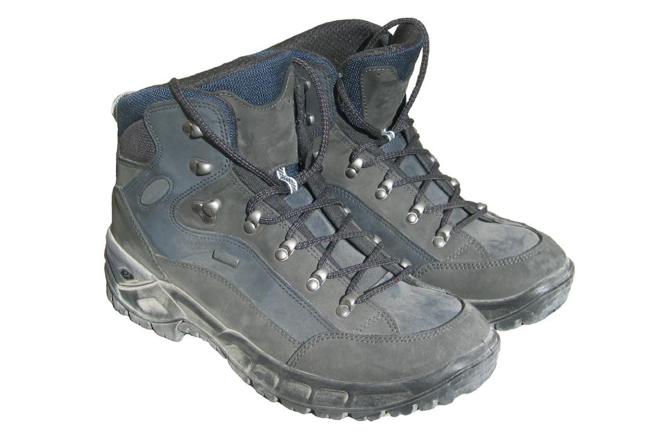 Galeria zdjęć prezentująca ekwipunek na wycieczkę terenową. Pierwsza fotografia przedstawia buty terenowe.