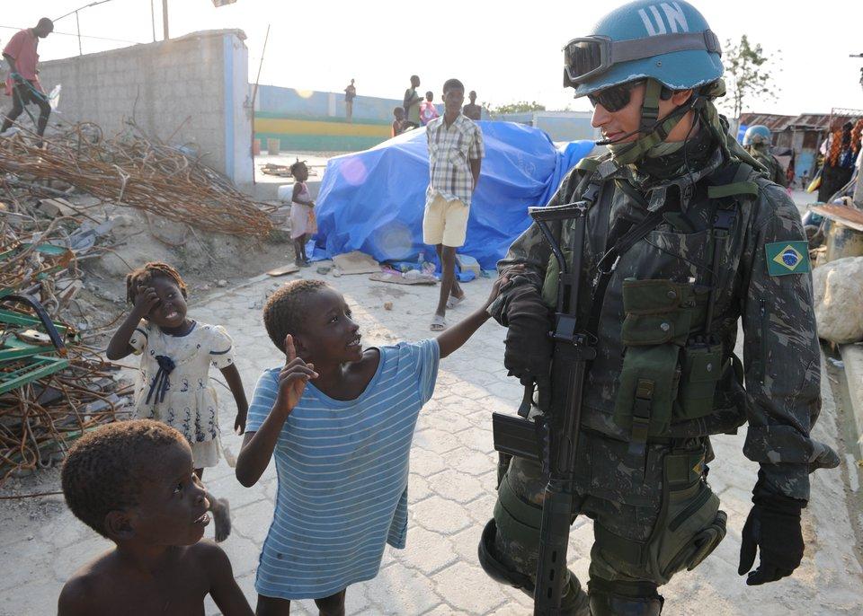 Operacja humanitarna ONZ po trzęsieniach ziemi,Port-au-Prince,Haiti, żołnierz podczas patrolu