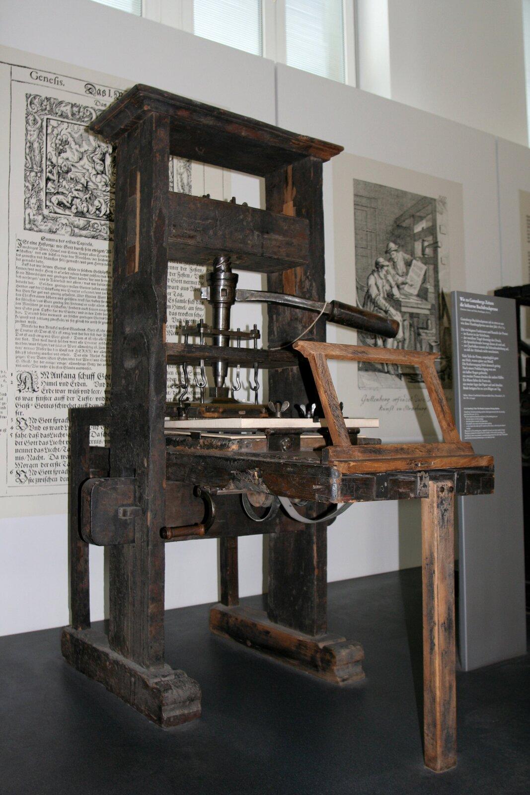 na zdjeciu przedstawiona jest maszyna drukarska