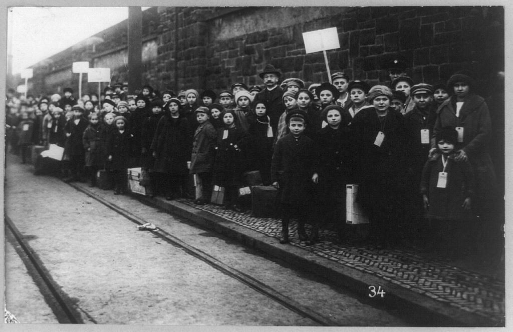 Strajk wLawrence, dzieci pozujące na chodniku Źródło: Strajk wLawrence, dzieci pozujące na chodniku, 1912, fotografia, domena publiczna.