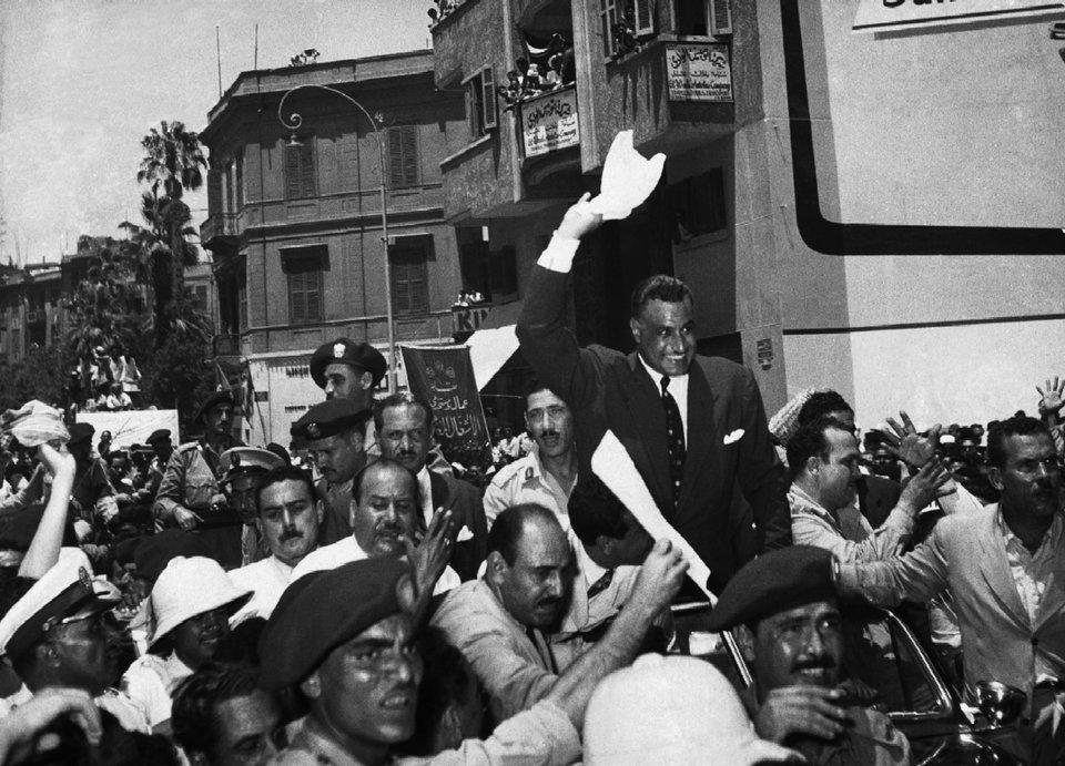 Manifestacja radości po ogłoszeniu decyzji onacjonalizacji Kanału Sueskiego Źródło: Manifestacja radości po ogłoszeniu decyzji onacjonalizacji Kanału Sueskiego, Fotografia, domena publiczna.
