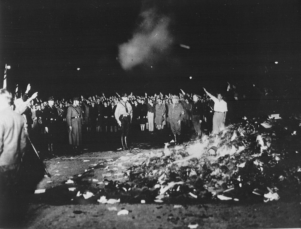 Berlin, Opernplatz, spalanie książek Palenie książek, które były niezgodne zpanującą ideologią nazistowską. Źródło: Georg Pahl, Berlin, Opernplatz, spalanie książek, 1933, fotografia, Bundesarchive, licencja: CC BY-SA 3.0.