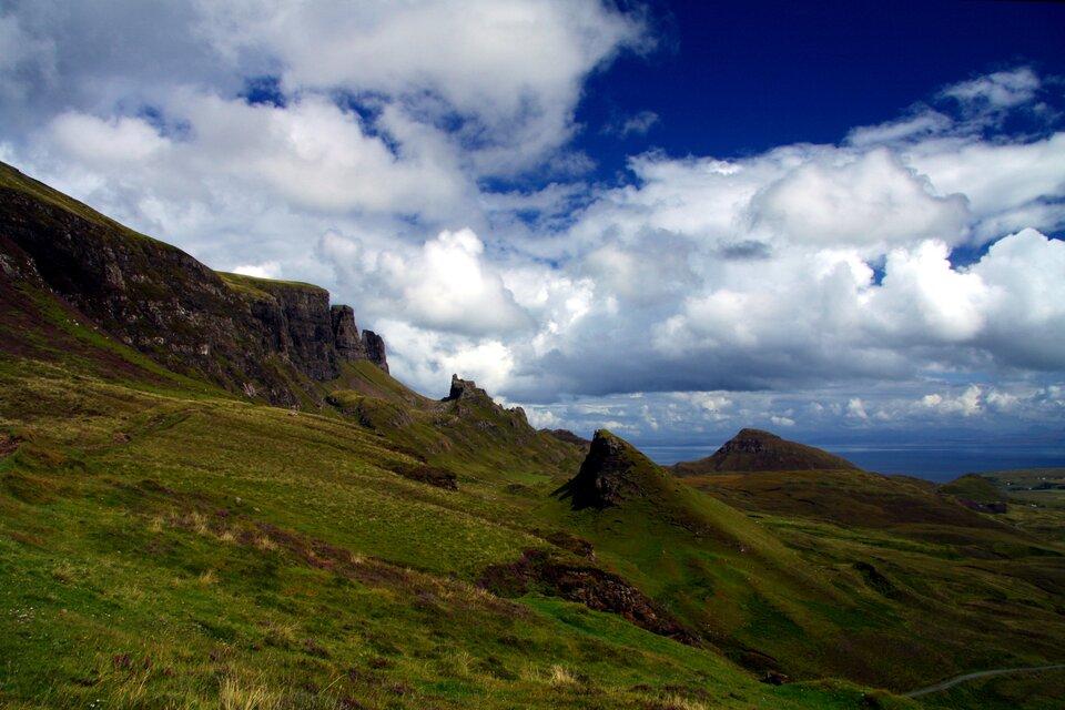 Na zdjęciu teren górzysty, łagodne stoki porośnięte trawą.